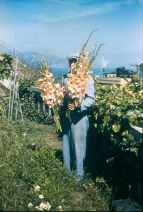 An inmate holding a bouquet of cut gladiolus. Photo courtesy of Joseph Simpson.